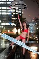 板野成美 雨降る夜、水着で横浜みなとみらいへ。